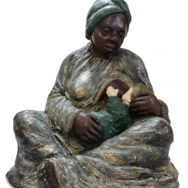 Mãe preta amamentando menino branco